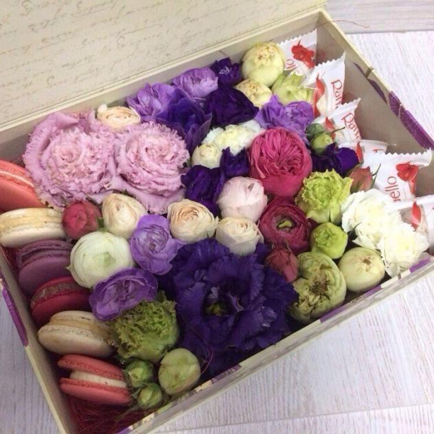 Коробочка с Макарунами,  Раффаэлло и цветами