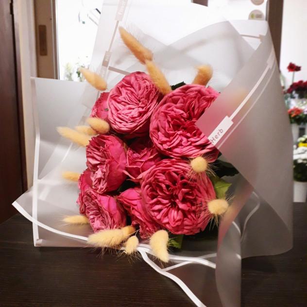 Пионовидные розы с пушистым лагурусом
