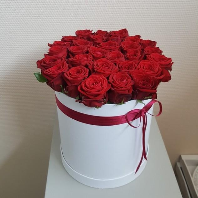 Шляпная коробка из 31 красной розы